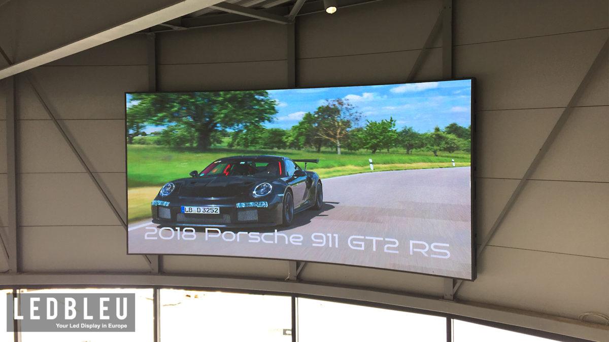 Ecran geant incurve Porsche Nantes