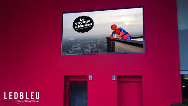 Écran LED Intérieur, mur vidéo LED indoor pitch 5.2 installé dans le hall de la tour de Bretagne à Nantes