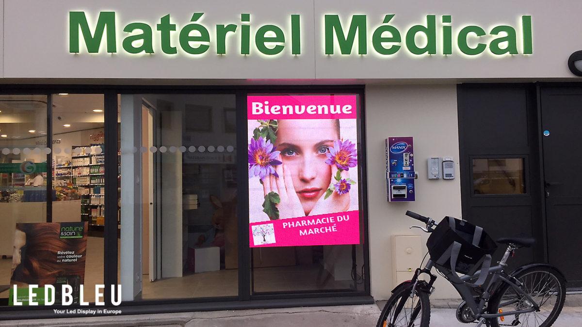 Ecran vitrine pour pharmacie. Installation en Vendée. Format 1000 X 1500mm avec une luminosité de 4500cda.