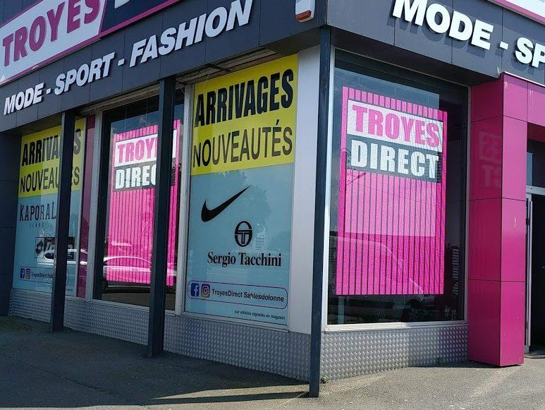 Écrans en vitrine du magasin Troyes Direct aux Sables d'Olonne