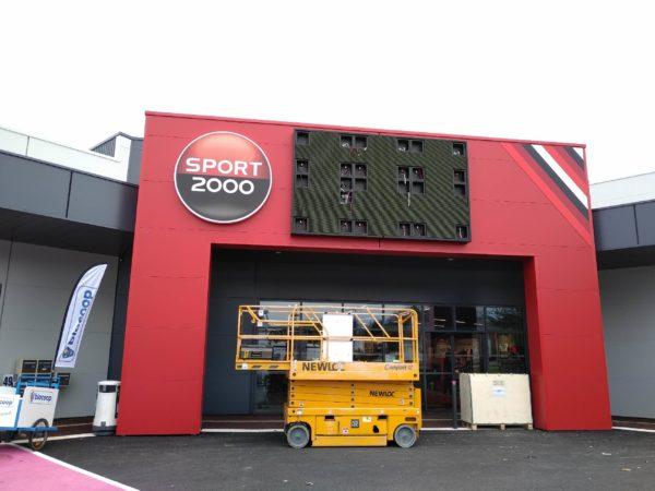 écran led extérieur en phase d'installation sur facade commerciale
