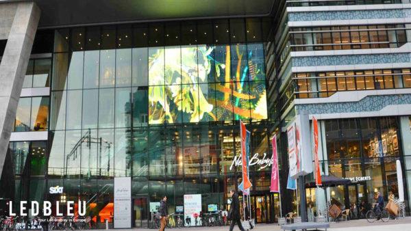 panneau transparent en facade magasin et galerie commerciale