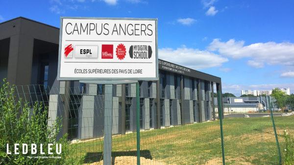 Installation d'un écran géant Pitch 6mm en totem monopied sur le campus de l'université à Angers