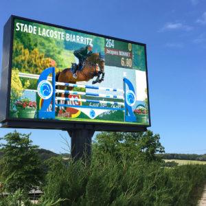 Ecran geant d'extérieur sur pied installé dans le sud de la France. Panneau publicitaire led de 24m2 pour les retransmissions hippiques