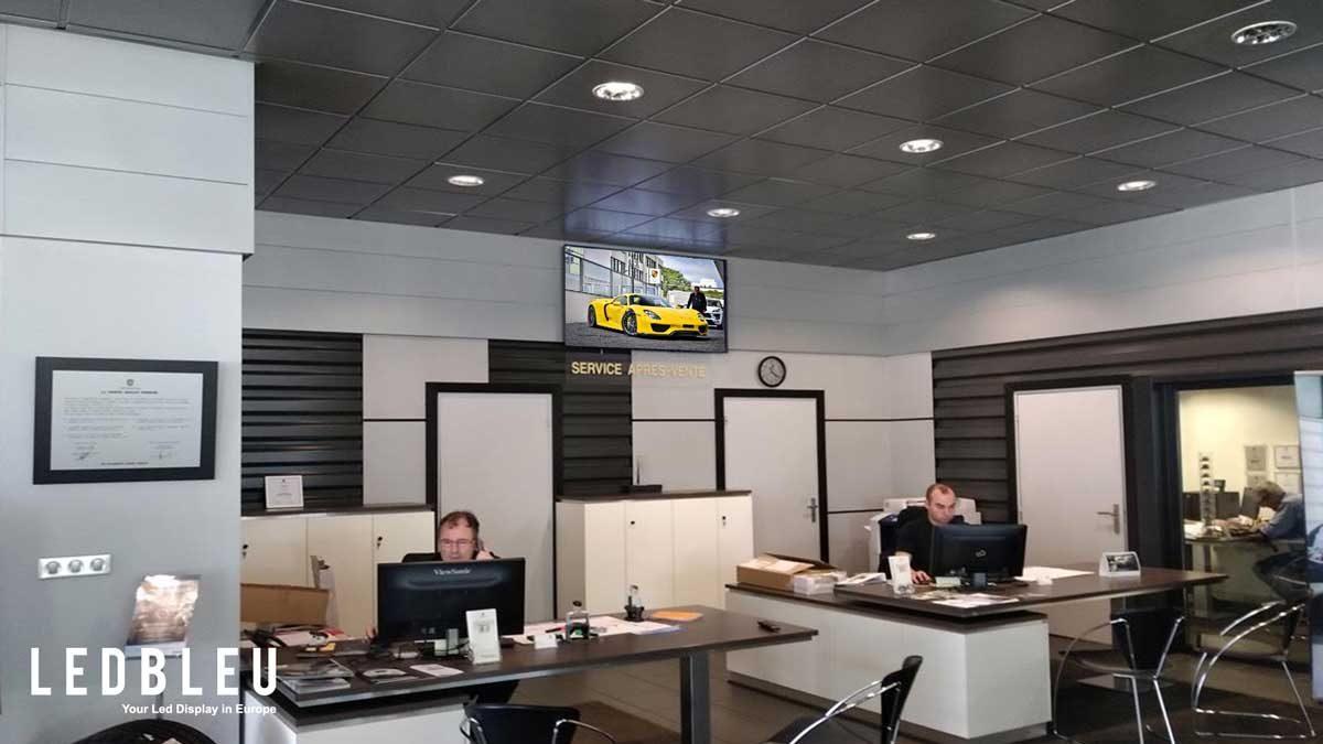 l'écran d'affichage dynamique du réseau des concessions automobiles Porsche
