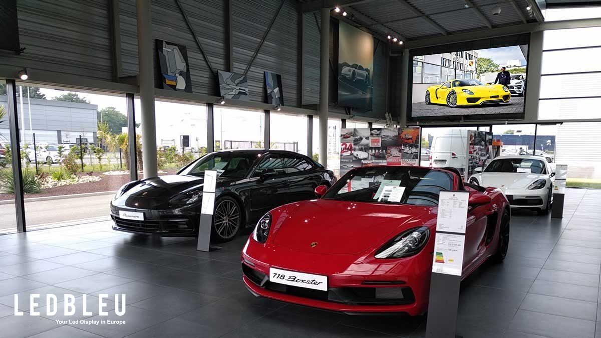 Écran led interieur concession automobile et showroom