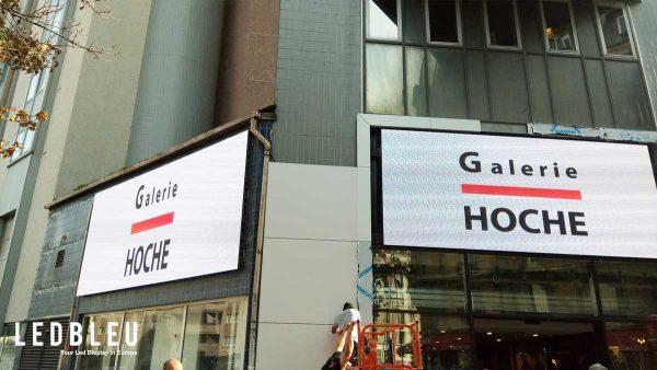 Pendant la phase d'installation des écrans sur la facade du centre commercial