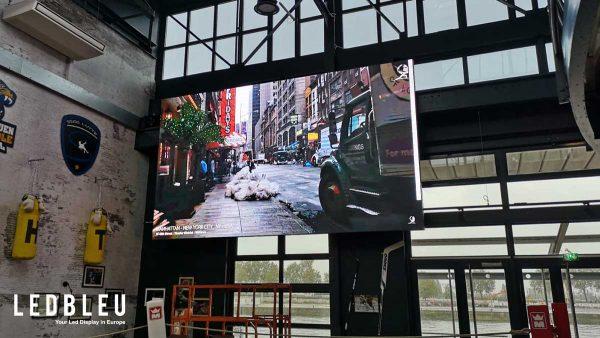 écran géant indoor de la série THIN installé suspendu