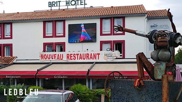 écran géant extérieur sur la façade d'un hôtel